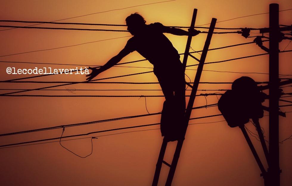 India, la caduta di un filo elettrico su un bus fulmina 20 persone