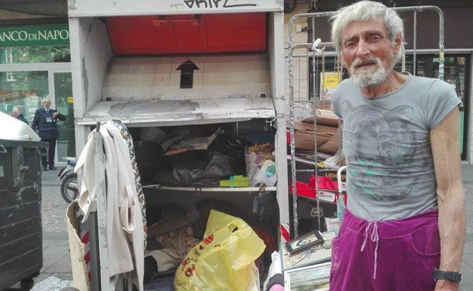 anziano vive in un cassonetto