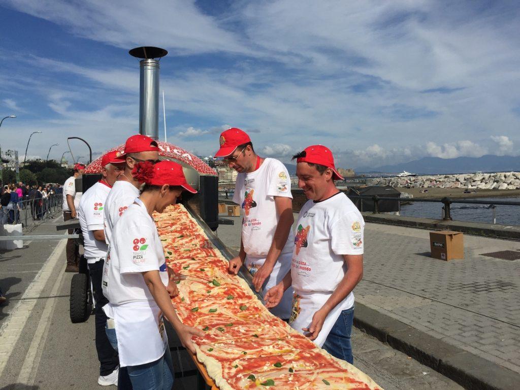Napoli, pizza record: 1853,88 cm di gusto partenopeo