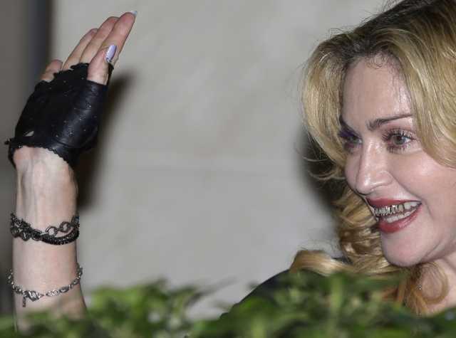 Madonna con le stimmate? Nasconde mani invecchiate