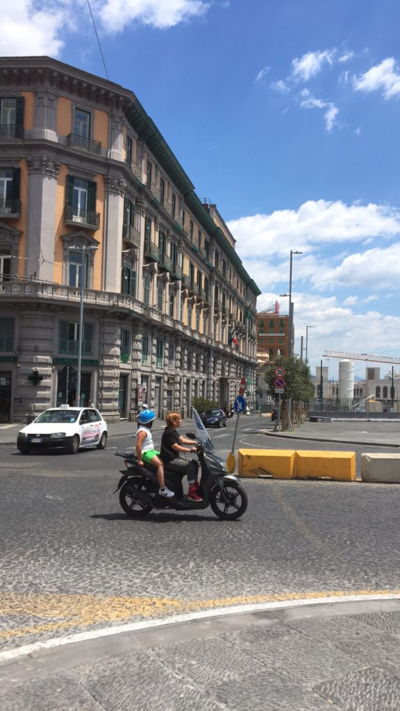Napoli, Via Medina: attraversamento pedonale a rischio