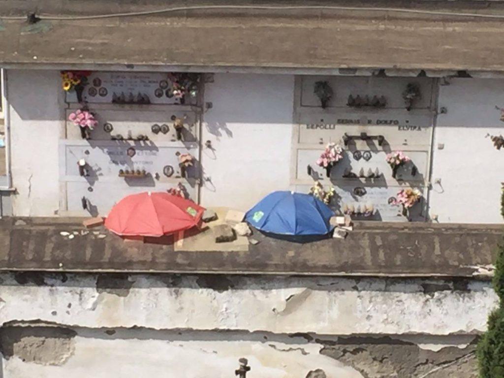 SOS cimiteri, ombrelli aperti sui morti