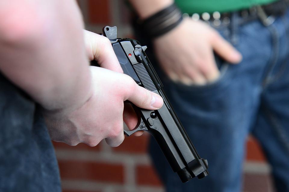 Firenze, paura in Via Marconi: uomo ruba pistola e spara colpi contro gli agenti