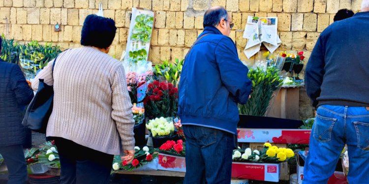 vendita fiori nel cimitero di napoli