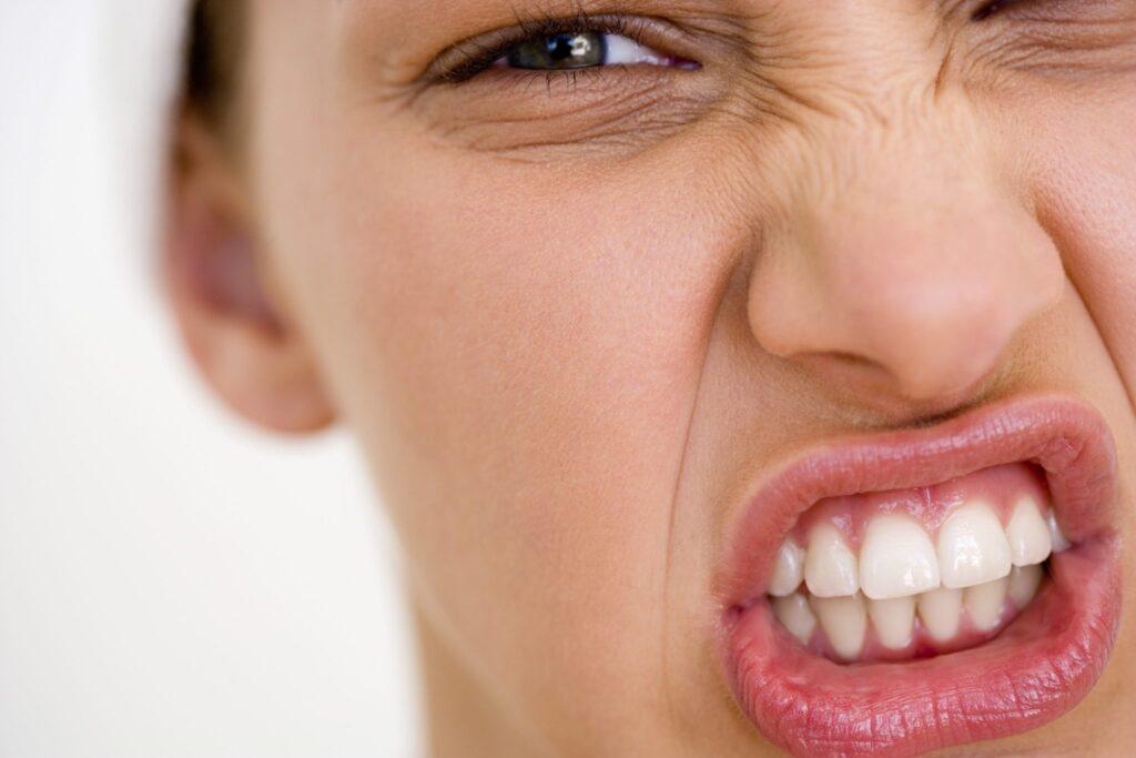 Bruxismo, stress a denti stretti