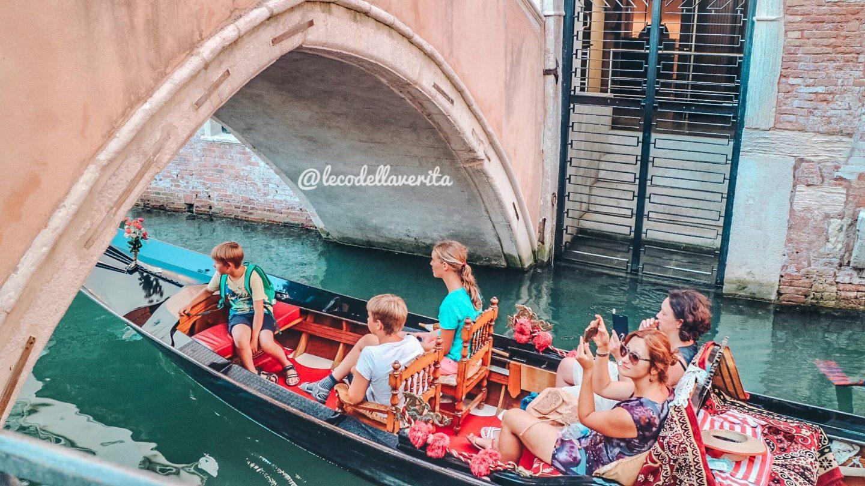 turisti sulla gondola a venezia